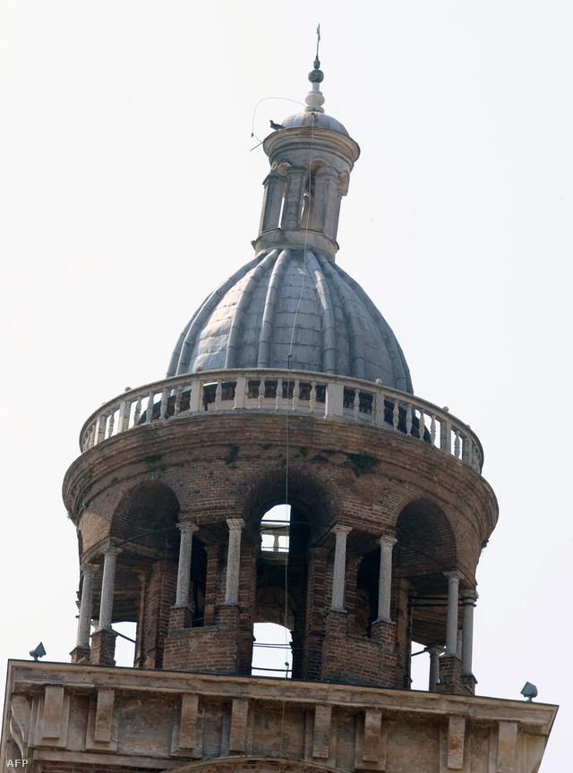 A megrongálódott Santa Barbara templom tornya Mantovában.