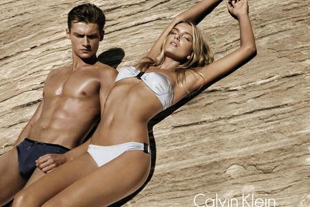 Vlagyimir Ivanov és Lily Donaldson a Calvin Klein idén nyári kampányában