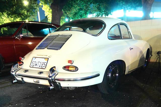 A sötét saroban megbúvó Porsche 356...