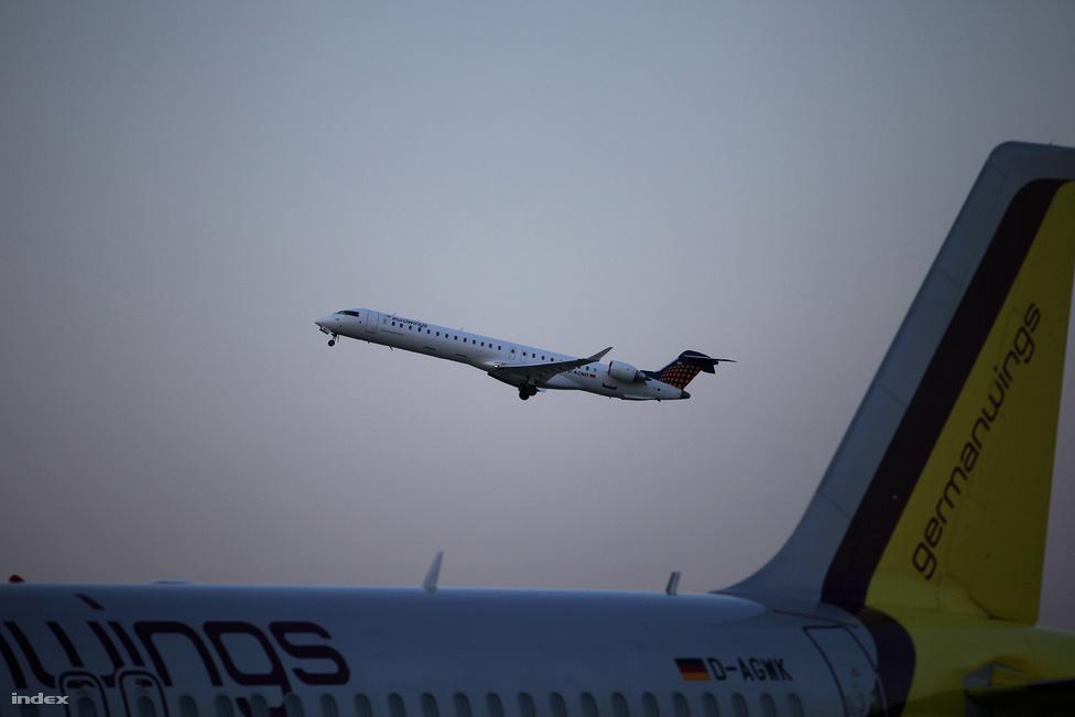 Kedd este sorra húztak el különféle légitársaságok utas- illetve csomagszállító gépei.