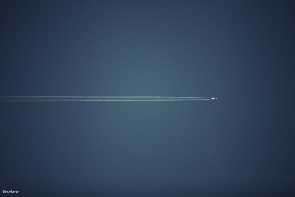 Egy WizzAir gép a magasban.