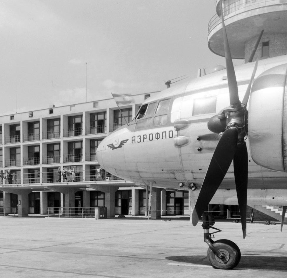 Az ötvenes években a nemzetközi légi forgalmat még elsősorban a baráti szocialista országok állami légitársaságai, főként a szovjet Aeroflot gépei jelentették.