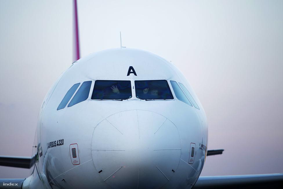 A Budapest Airport számára az is közrejátszott a fapados társaságok 2B Terminálra költöztetésben, hogy a megnövekedett diszkont-forgalommal már nem tudott megbirkózni az 1. terminál. A Via pilótái búcsút intettek.