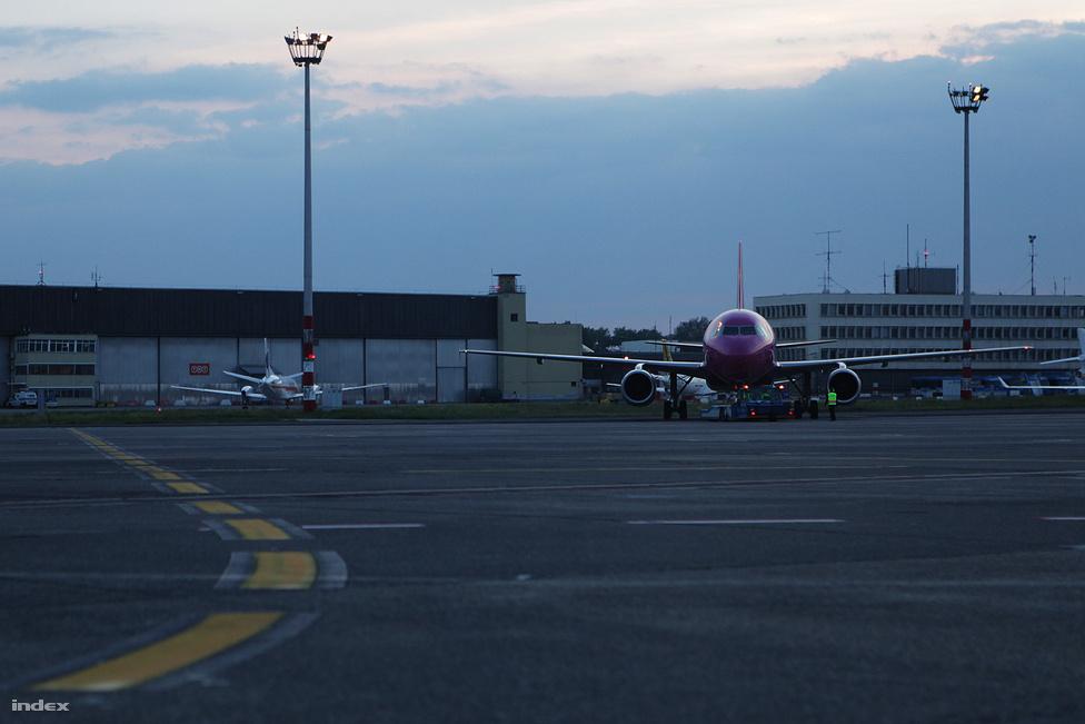 Az utolsó magyar járat a Wizz Air Bariba tartó gépe volt 20.25-kor.