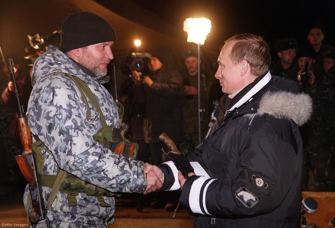 Putyin miniszterelnök egy Csecsenföldön szolgáló orosz katonával fog kezet 2000. január 1-jén. Putyin ekkor villámlátogatásra érkezett, hogy megköszönje az orosz csapatoknak a csecsen szeparatisták ellen folytatott harcban való helytállásukat.