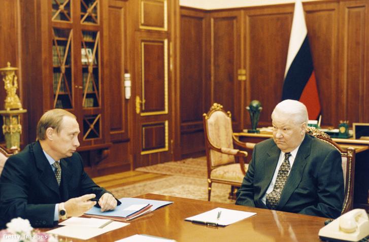 Putyin és Jelcin 1999 februárjában, a Kremlben. Vlagyimir Putyin ekkor még a Szövetségi Biztonsági Szolgálat (FSZB) vezetője volt.