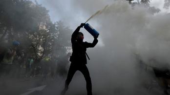 Parittyával indultak neki a hongkongi tüntetők, könnygázt kaptak