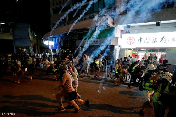 Tüntetők futnak a rendőrségi könnygáz elől szeptember 21-én este, Hongkongban