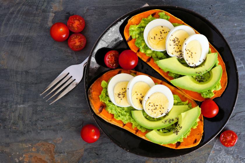 Ha van otthon egy minigrilled, egy nagyobb szelet édeskrumplit akár pirítós helyett is használhatsz, így rostban gazdag, laktató reggelit készíthetsz. Tegyél a tetejére avokádókrémet és főtt tojást, hogy még egészségesebb legyen a fogás.