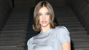 Palvin Barbara enyhén monalizás séróval tekintette meg az Armani divatbemutatót