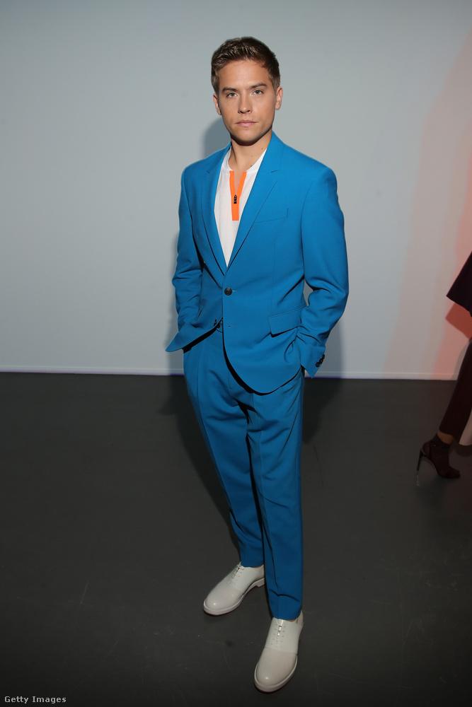 Íme a kék-fehérbe öltözött Dylan Sprouse komoly arca.