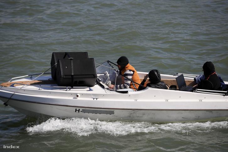 A zenélő csónak