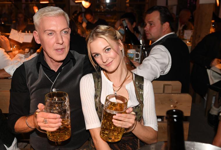 Az 55 éves, és Németország északi részéről származó híresség barátnőjével ment el sörözni Münchenbe.