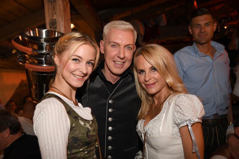 A barátnőt Lysann Gellernek hívják, ő itt a bal oldalon áll, és jobbról csatlakozott a pároshoz Sonja Kiefer divattervezőnő.