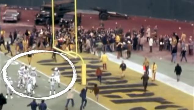 A pályán, a berohanó nézők között tanácskozó bírók Harris touchdownja után