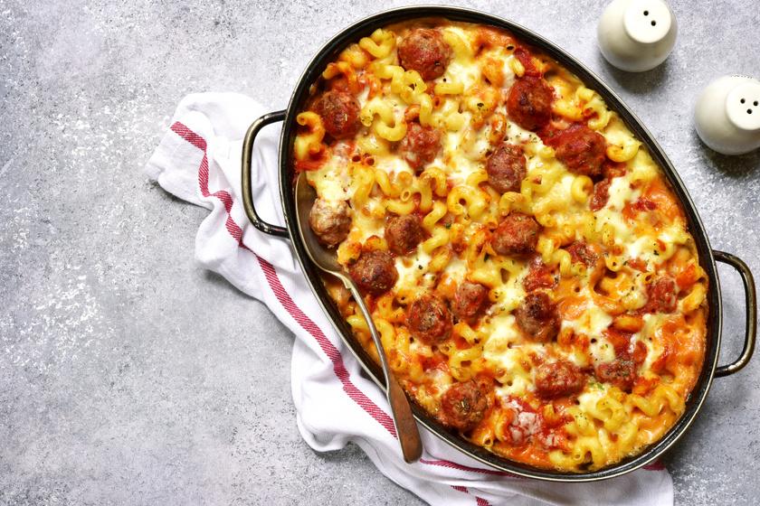 Paradicsomos, húsgombócos tészta sok sajttal: kiadós fogás egyenesen a sütőből