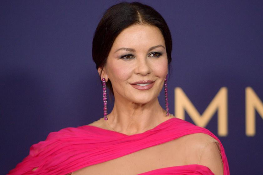 Catherine Zeta-Jones pink estélyiben ragyogott - Az Emmy-gála legszebb ruhái képeken