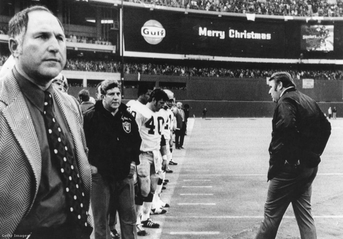 A Raiders vezetőedzője, John Madden (j) csapata oldalvonala mellett az 1972. december 23-i mérkőzésen