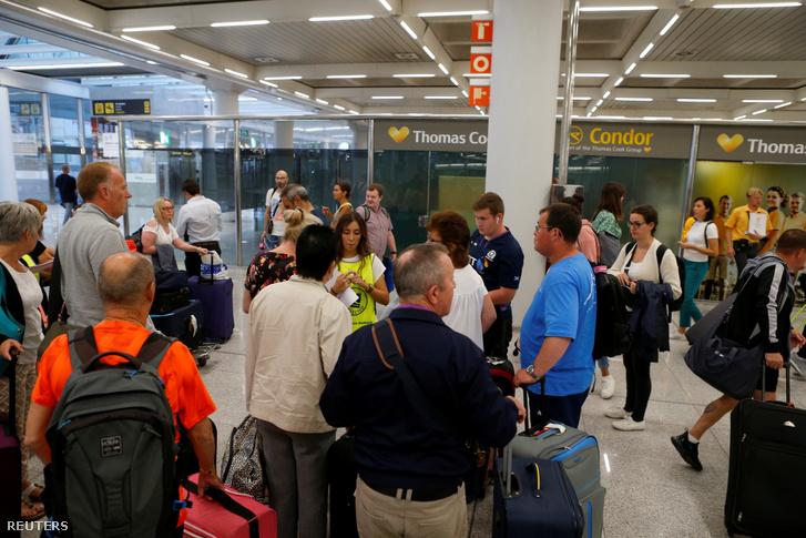 A Thomas Cook check-in pontnál várakozó utasok Palma de Mallorcán hétfőn
