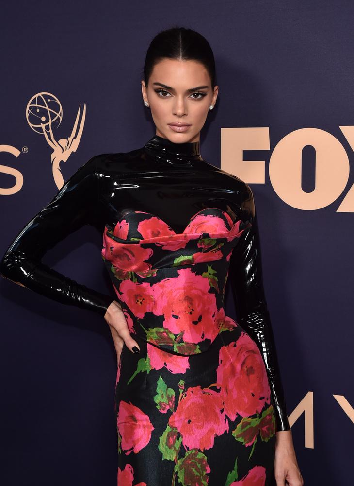 Na és most jöjjön a legnagyobb meglepetés: Kendall Jenner, aki magára nem jellemző módon olyan zárt ruhában jelent meg, amit még egy apáca is megirigyelt volna