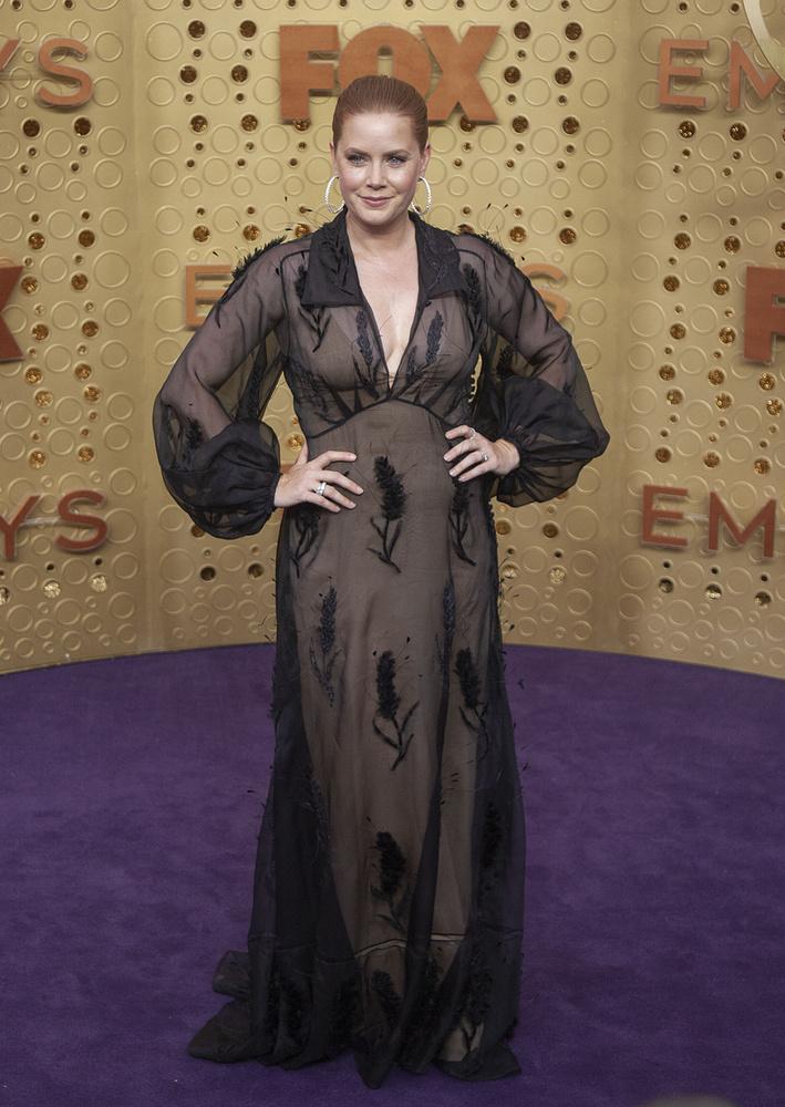 Amy Adams nem gondolta túl a vörös szőnyeges megjelenését, ebben a félig kombinénak, félig hálóköntösnek kinéző, szinte teljesen áttetsző ruhában jelent meg.