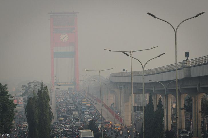 Erdőtűz miatti levegőszenyezettség Palembangon, Dél-Szumátrán szerdán