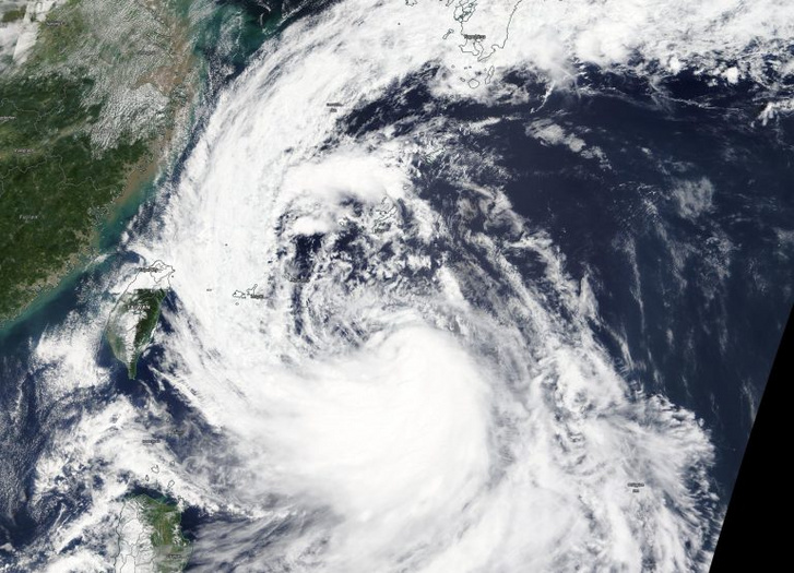 Tapah tájfun pénteki műholdképe