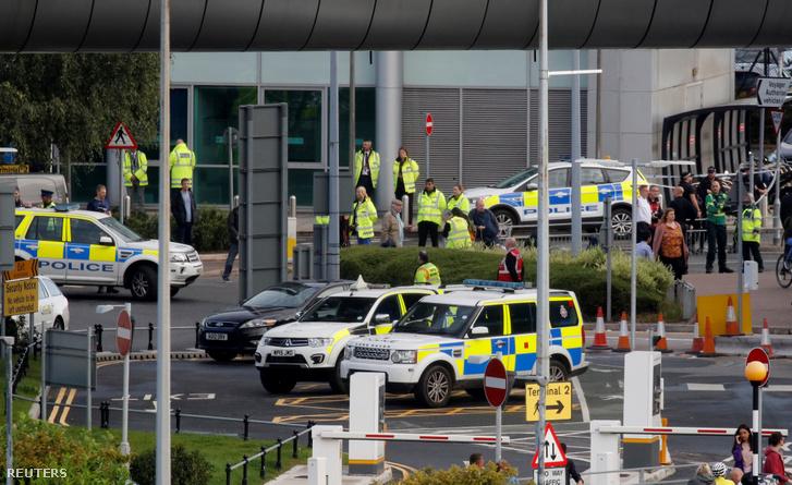 Rendőrök állnak egy talált gyanús csomag miatt a manchesteri repülőtérnél