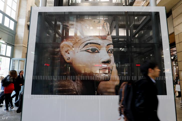Látogató a Tutanhamon: az arany fáraó kincsei című kiállításon Párizsban 2019. június 12-én