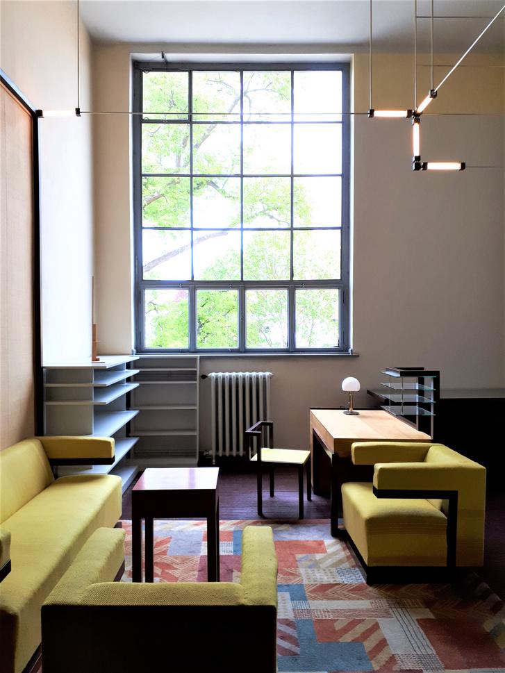 Gropius szobája Weimarban. A bútorok mind másolatok, hiszen azokat előbb Dessauba, majd Amerikába vitte magával az iskolaalapító.