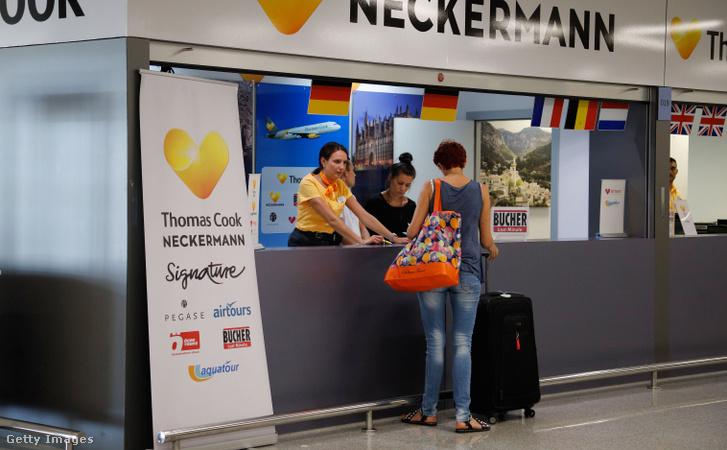 Thomas Cook és Neckermann repülőtéri pultja Spanyolországban