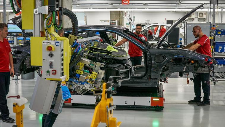 Porsche Taycan Gyár 22 műszerfal behelyezés
