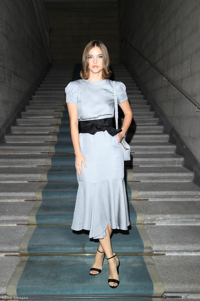 Palvin Barbara már szombaton ott volt a milánói divathéten, az első fotók arról az eseményről érkeztek, ahol ezt a ruhát viselte.