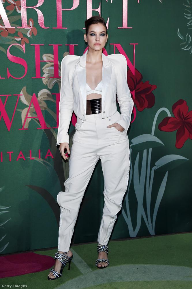 Na de vasárnap este tartották Milánóban a Green Carpet Fashion Awardsot, ami egy környezetvédelmi divatesemény volt, és itt a magyar modell megint egy fehér szettet viselt, de ezúttal egy sokkal dögösebb fazont.