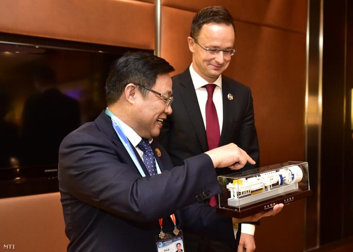 Szijjártó Péter külgazdasági és külügyminiszter (j) és Li Csang-csin a China Railway Group Limited vállalat elnöke Sanghajban 2018. november 5-én