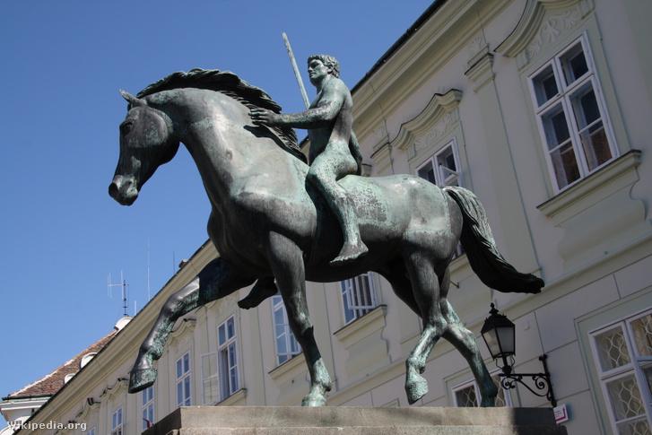 A fehérvári tízes huszárok emlékműve a székesfehérvári Városház téren