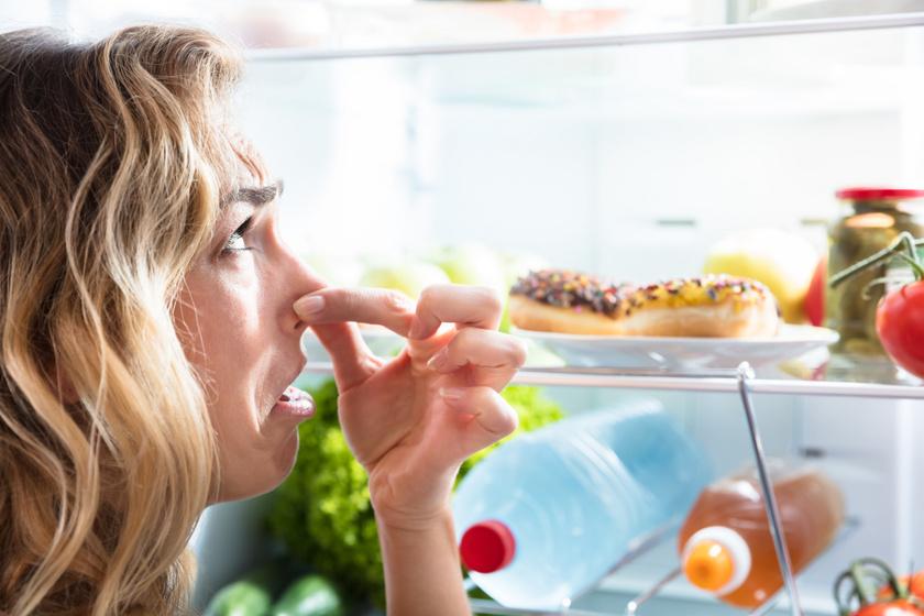 Ha kicsit szagos a hűtő, tölts meg egy narancshéjat sóval, és tedd be a hűtőbe. A só magába szívja a szagokat és a nedvességet, a narancs pedig kellemes illatot csinál a hűtőben.