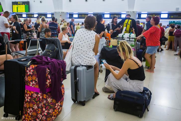 A Thomas Cook utazási iroda utasai várakoznak Las Palmas repülőterén a Kanári szigeteken 2019 szeptember 23-án.