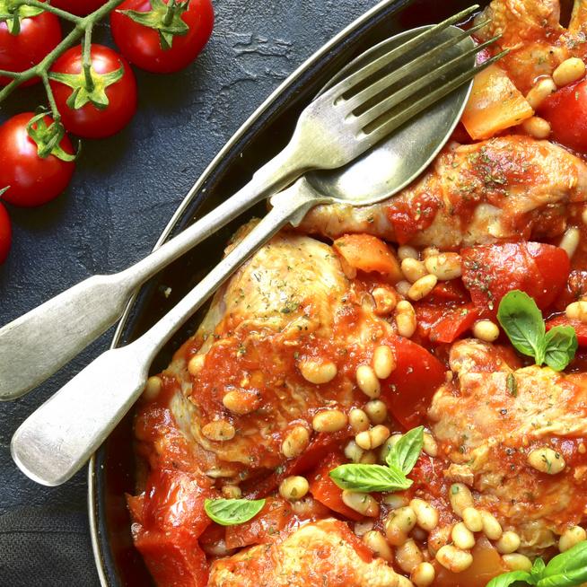 30 perces, egylábasos csirkemell fehérbabbal és koktélparadicsommal: egészséges ebédötlet