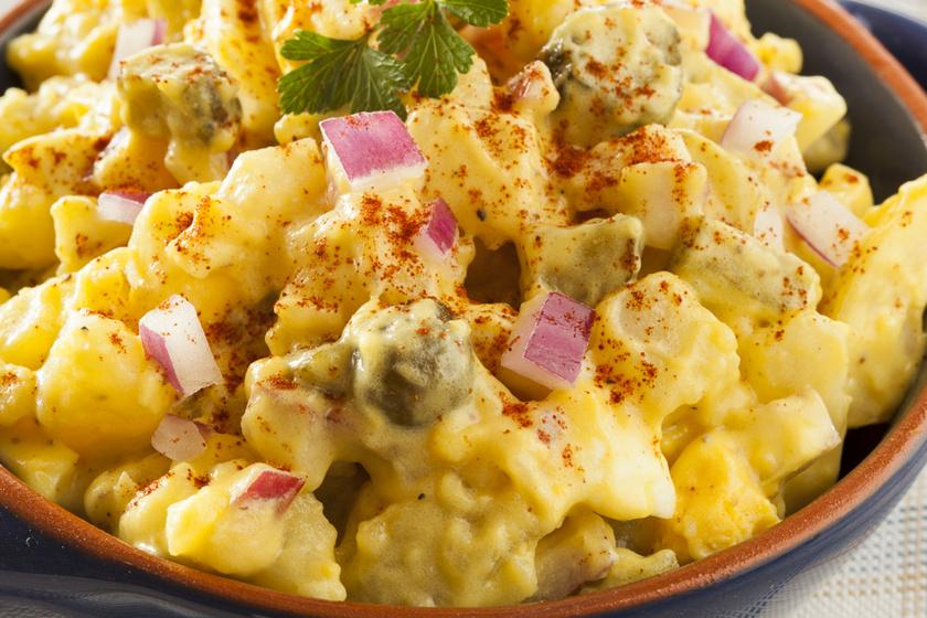 Laktató majonézes krumplisaláta főtt tojással: a savanyú uborkától pikáns