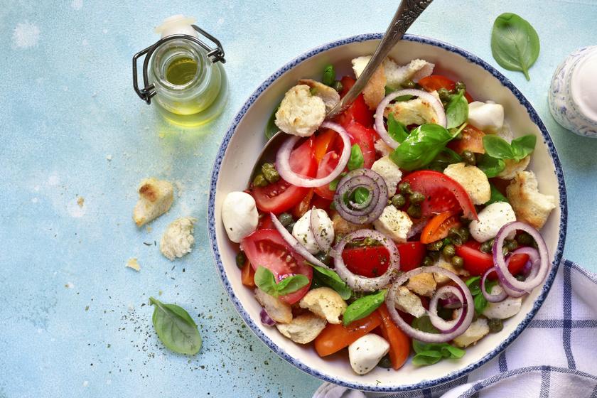 Az olaszok paradicsommal, mozzarellával és néhány fűszerrel is isteni salátát tudnak készíteni. A caprese mellett próbáld ki a vitaminban gazdag, fűszeres öntettel készülő kenyérsalátát, a panzanellát. Csirkemellel még laktatóbbá teheted.