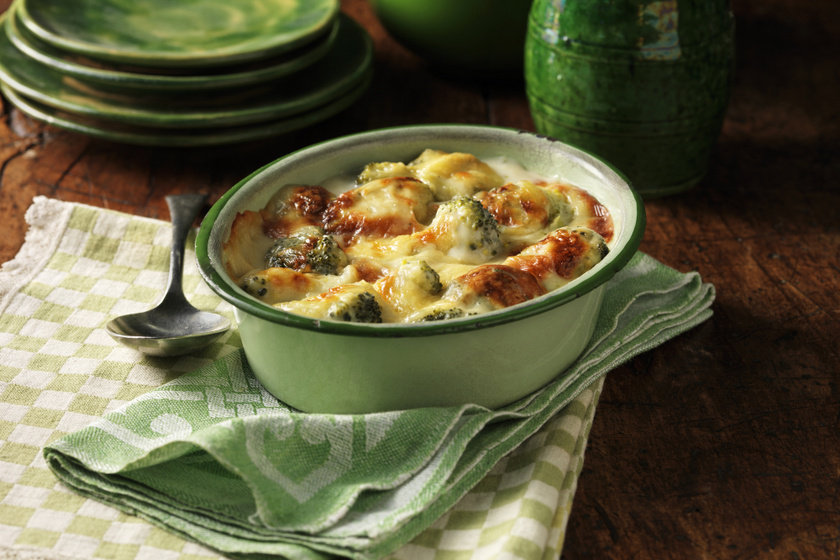 Roppanós brokkoli ínyenc sajtszószban sütve:  a tejszíntől még selymesebb lesz