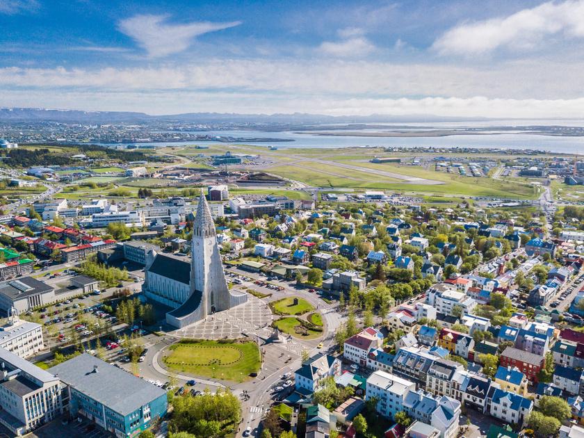 Izland számára kiemelten fontos a fenntarthatóság, évről évre a világ legzöldebb országai közé tartozik. Az ország kihasználja helyi adottságát, a megújuló geotermikus energiát, de az óceánszennyezés elleni küzdelemben is fontos szerepet játszik. A környezetvédelmi mutatója 93,5 pont.