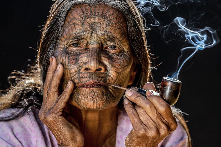A chin népcsoport egy idős hölgy tagja Banglades és Mianmar határában fotózva. A tetoválást már kislány korában belevarrták az arcbőrébe, hogy ne rabolja el más törzs tagja.