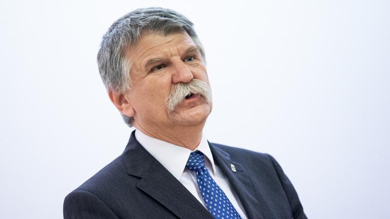 Kövér László rosszul lett a szlovák kormány repülőgépén, Varsóban kórházba szállították