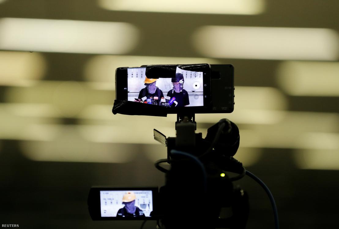A tüntetők sajtótájékozatójának közvetítése egy telefon kijelzőjén