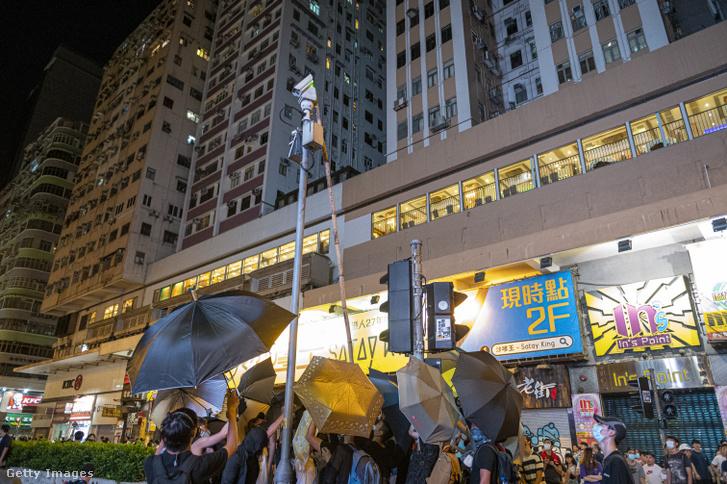 Egy köztéri kamerát rongálnak meg tüntetők