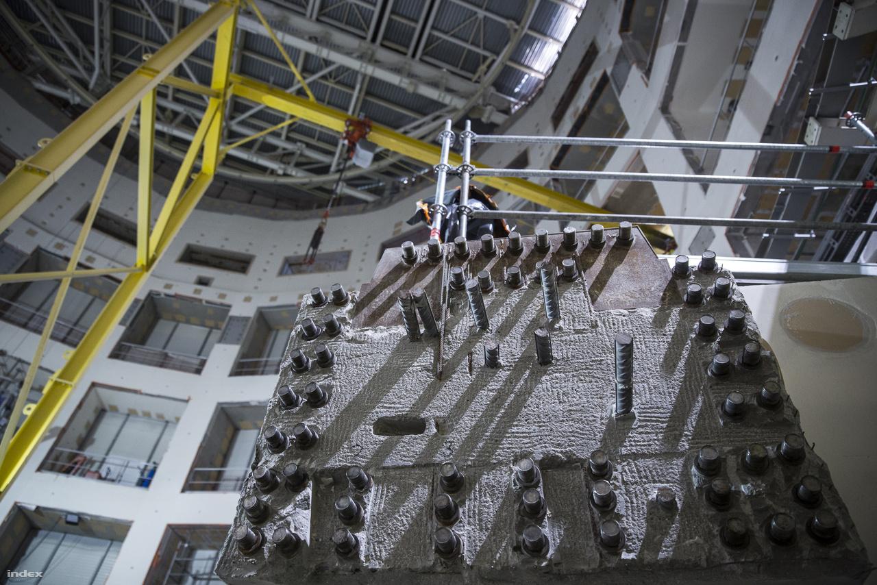 Vasbeton gerenda a tokamaképület legbelső részében. A látvány azért érdekes, mert jól látszanak a szilárdságot és rugalmasságot szolgáló vasbeton rudak, illetve menetes végű elemek, amiknek köszönhetően további falelemeket lehet majd hozzáépíteni a reaktorcsarnok végleges lebetonozása előtt.