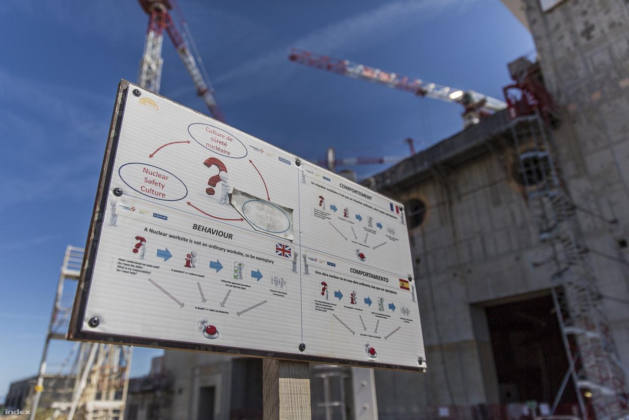 Az ITER nemzetközi összefogással épül, a világ legnagyobb és legdrágább kutatás-fejlesztési projektjében egyenrangú partnerként vesz részt az Egyesült Államok, Kína, Oroszország, Dél-Korea, Japán és India, valamint az Európai Unió. Ez egyben azt jelenti, hogy az építkezésen is több nemzet szakemberi, munkásai dolgoznak, ami többek között a többnyelvű tájékoztató táblákból is kiderül. Ez itt egy angol, francia, spanyol nyelvű  figyelmeztetés, ami azt hangsúlyozza, hogy az ITER bizony egy komoly nukleáris létesítmény lesz, és ennek megfelelő munkahelyi viselkedést várnak el az itt dolgozóktól.