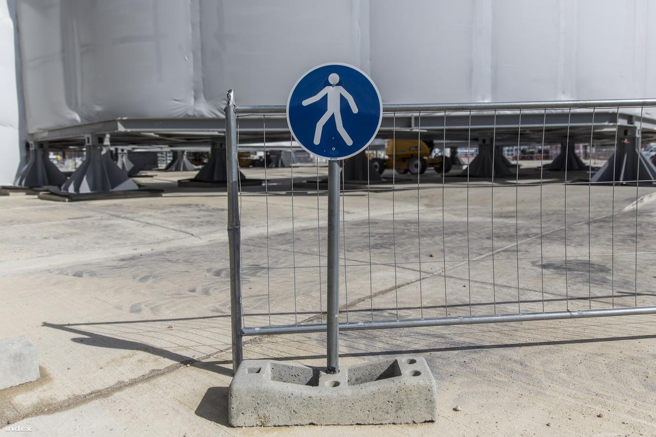 2006 őszén itt még semmi nem volt, most meg mindenfelé hatalmas épületek nőnek ki a földből, köztük munkagépek sürögnek-forognak, olyan szorgosan, hogy kifejezetten óvatosan kell közlekedni az épületek közti területeken. A gyalogosok számára kijelölt, elkordonozott gyalogutakat alakítottak ki, a közlekedési rendszabályokat be kell tartani, sőt a területen folyamatosan cirkálnak a munkavédelmi felügyelők, akik nemcsak akkor figyelmeztetik a dolgozókat, ha nincs rajtuk megfelelő védőfelszerelés, de akkor is, ha épp egy többtonnás teherautó elé lépnének.